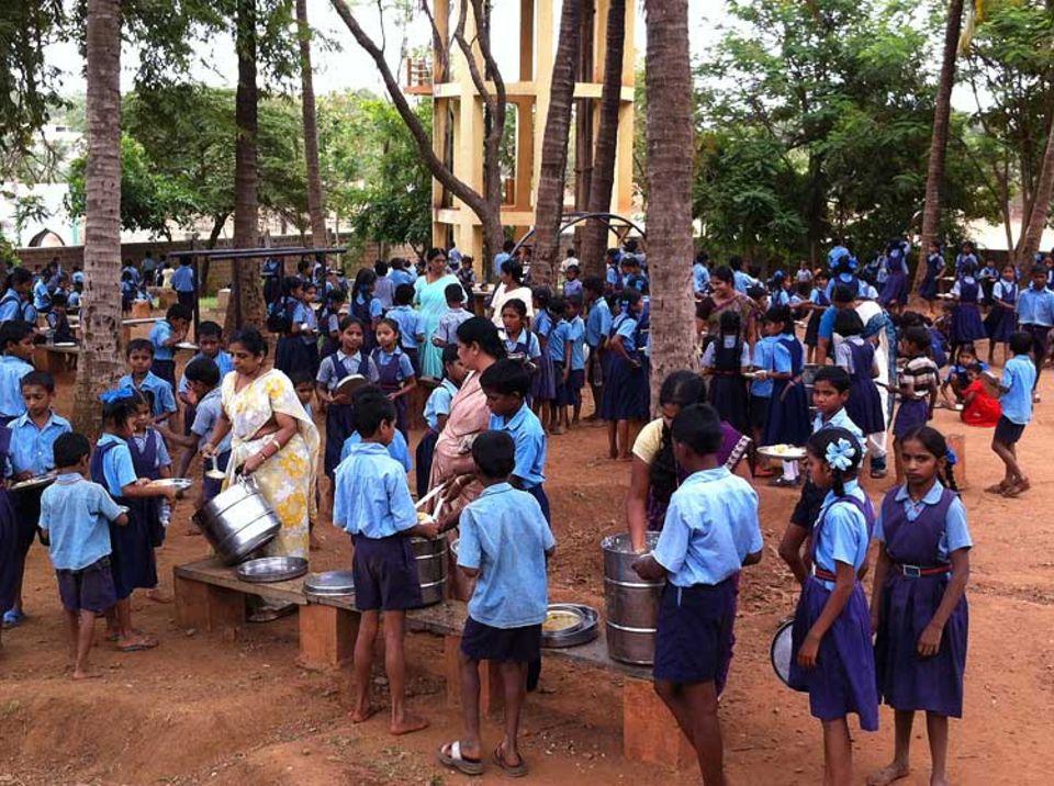 INDIEN: Noch ist in Indien jedes vierte Kind von Unterernährung betroffen. Die Stiftung Akshaya Patra versucht das mit einem gemeinschaftlichen Schulessen zu ändern.