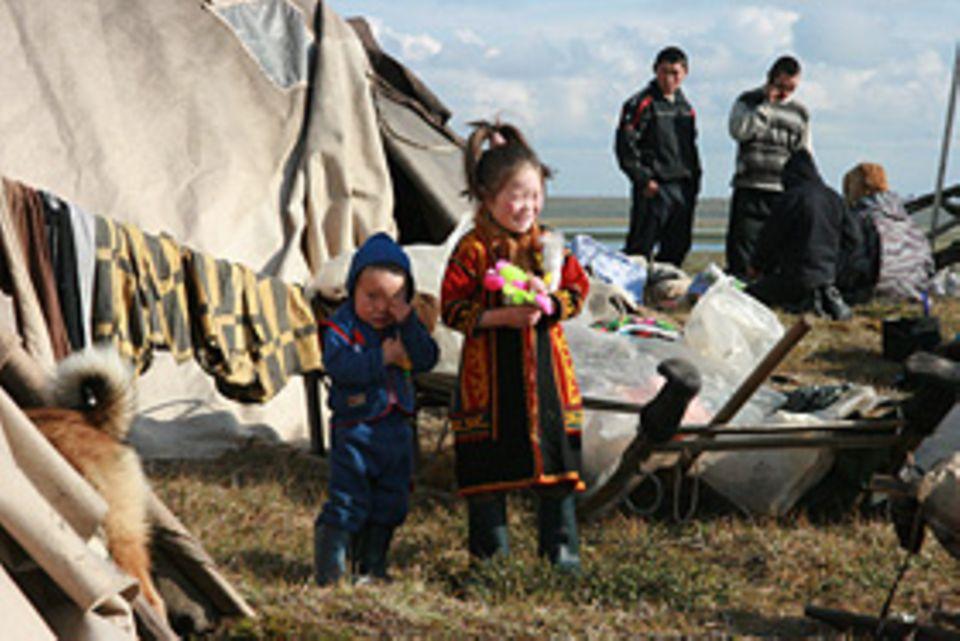 Die fünfjährige Katja wird ihr heimisches Zelt und ihre Eltern für 9 Monate verlassen müssen, wenn sie der Schulhubschrauber abholt.