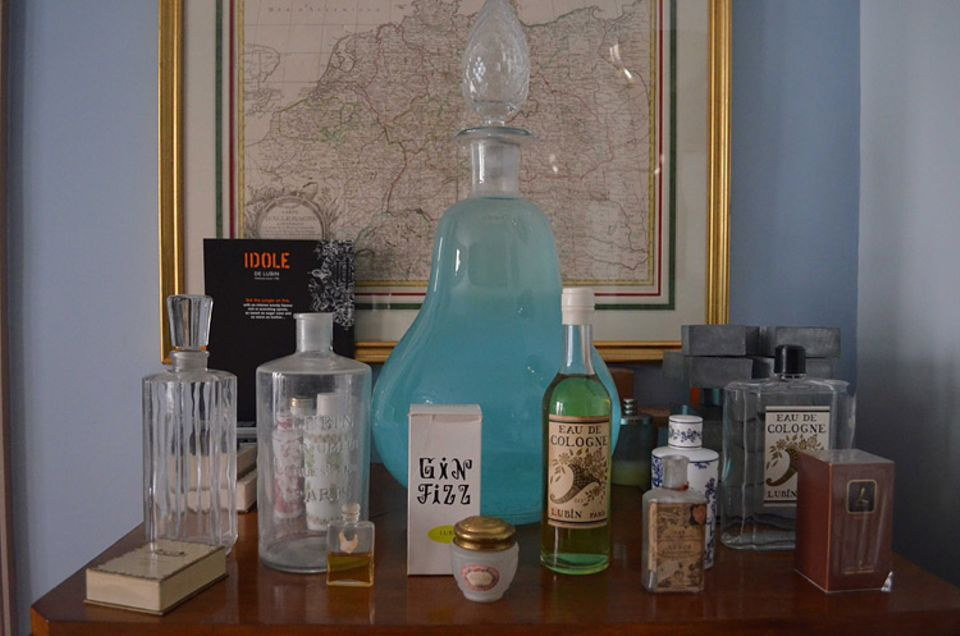 Parfum-Memorabilia im Büro von Gilles Thévenin