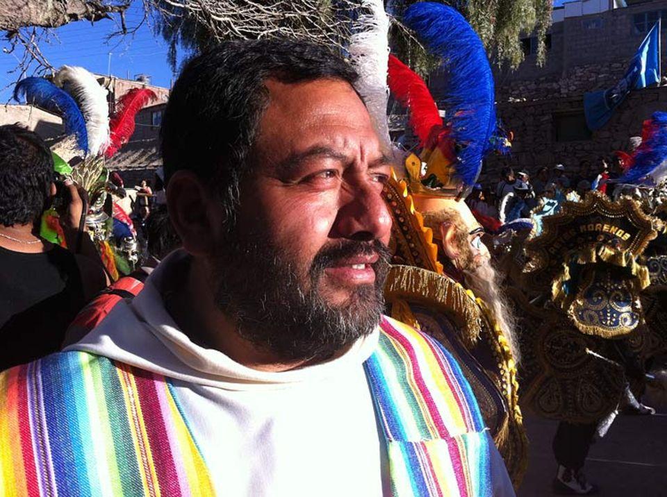 Der Priester Patricio Cortez beim Fest von Ayquina - und 70.000, größtenteils kostümierte Teilnehmer sind gekommen