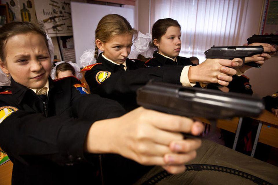 Kurzfilm: Die Kadettenschülerinnen schießen scharf