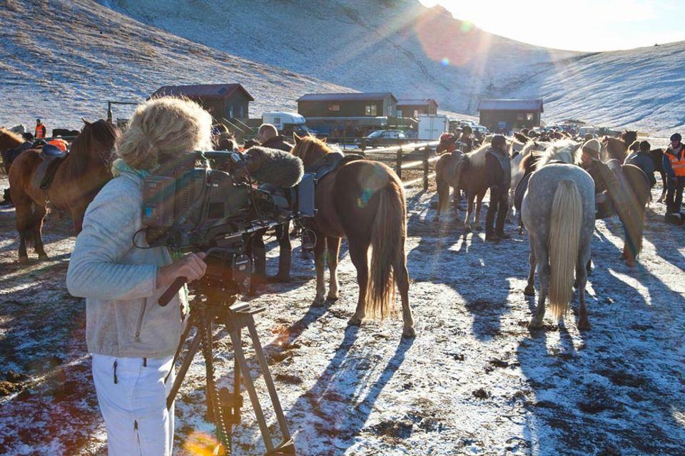 Kamerafrau und Autorin Svea Andersson filmt die Vorbereitungen des Rettir