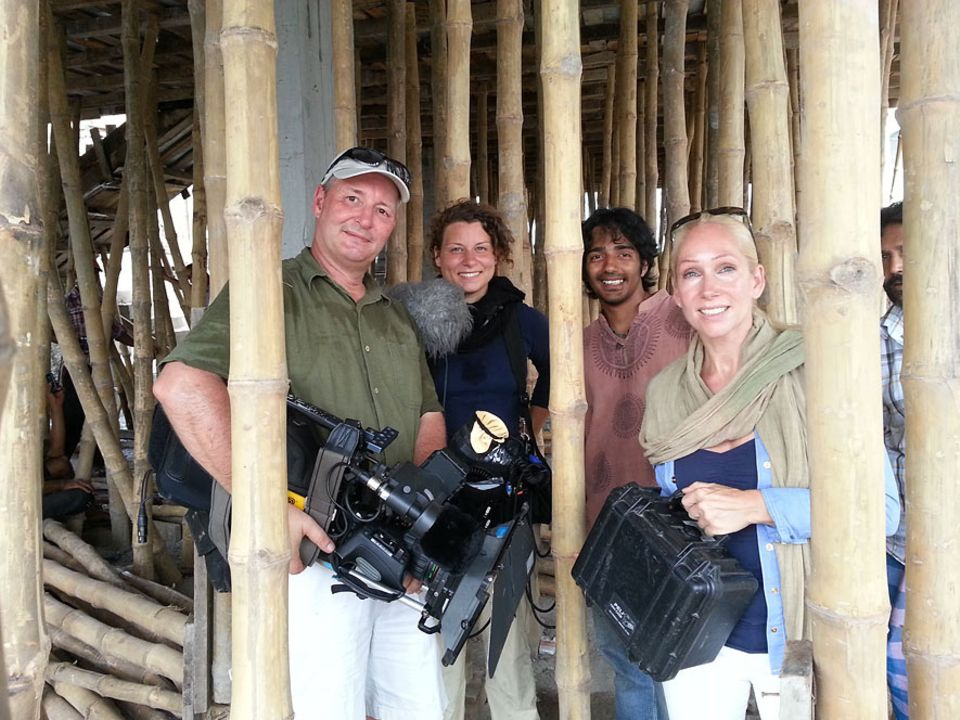 Das Team um Autorin Andrea Oster (re.): Kameramann Christopher Rowe, Ton-Assistentin Luana Knipfer und Kontaktmann Wasamar Doja (v.l.n.r.)