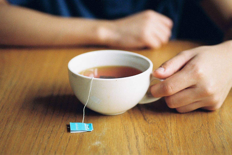 """Redewendung: Wenn jemand sprichwörtlich """"abwarten und Tee trinken"""" soll, soll er Ruhe bewahren"""