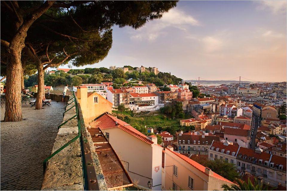 Städtereise: Schönes Lissabon: Der Blick auf das Baixa Viertel mitsamt der Festungsanlage Castelo de São Jorge