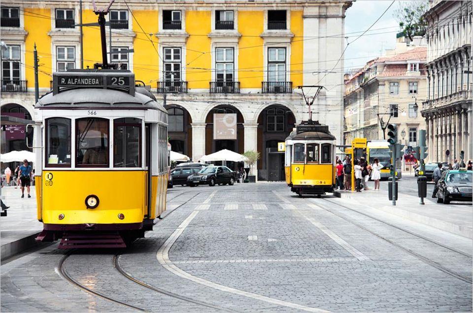 Städtereise: Unbedingt mitfahren: eine Fahrt mit der berühmten gelben Straßenbahn von Lissabon