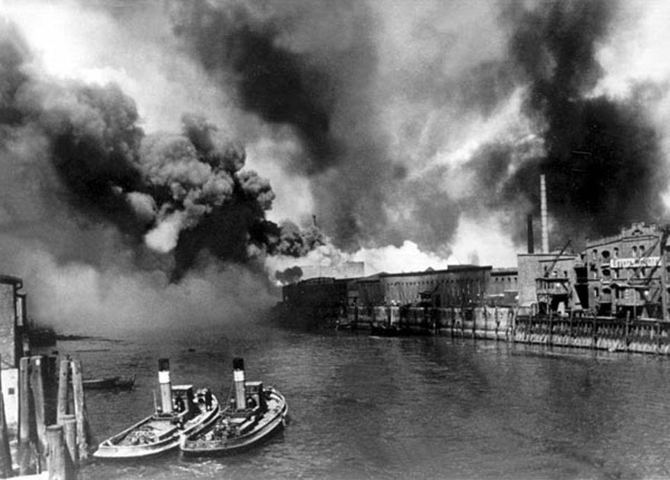 Brennende Öltanks im Hamburger Hafen nach einem Luftangriff während des Zweiten Weltkriegs