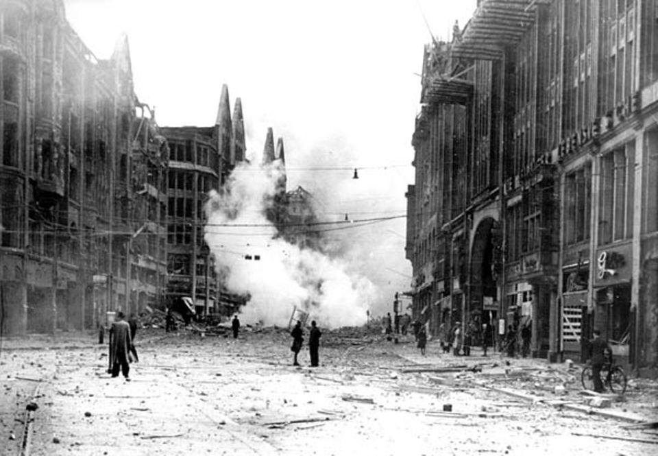 Blick in die Hamburger Mönckebergstraße nach einem Luftangriff im Juni 1944