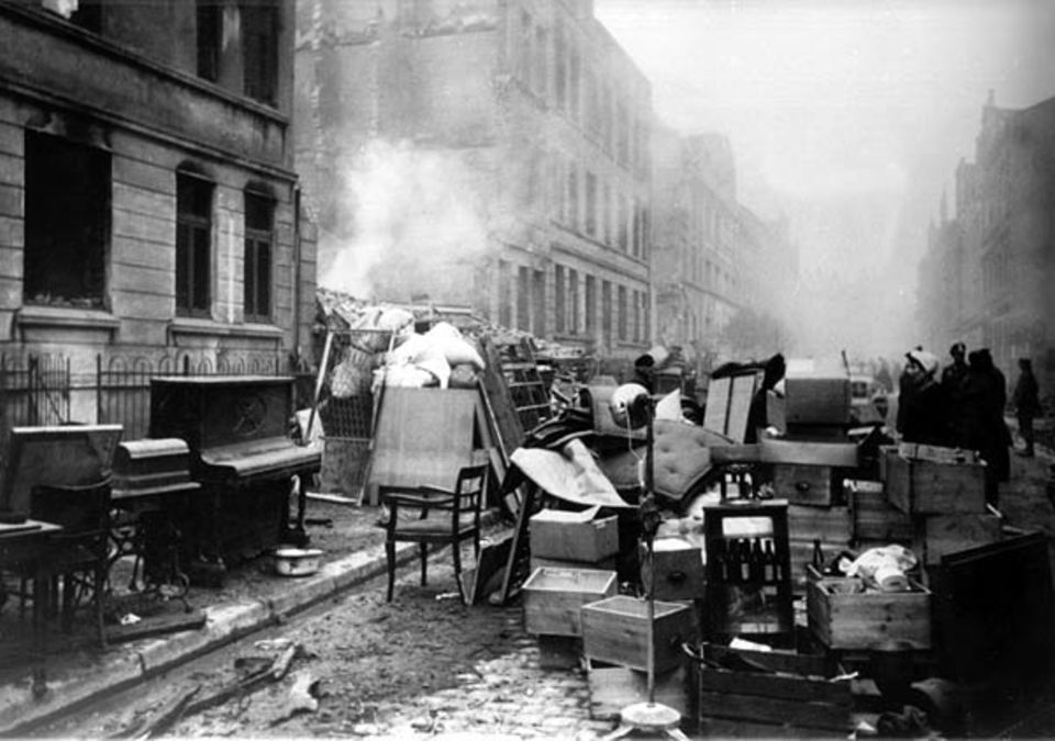 Nach einem Luftangriff am 25. Oktober 1944 versuchen die Bewohner der Marienstraße in Hamburg-Harburg, ihr Hab und Gut aus den zerstörten Häusern auf die Straße zu retten