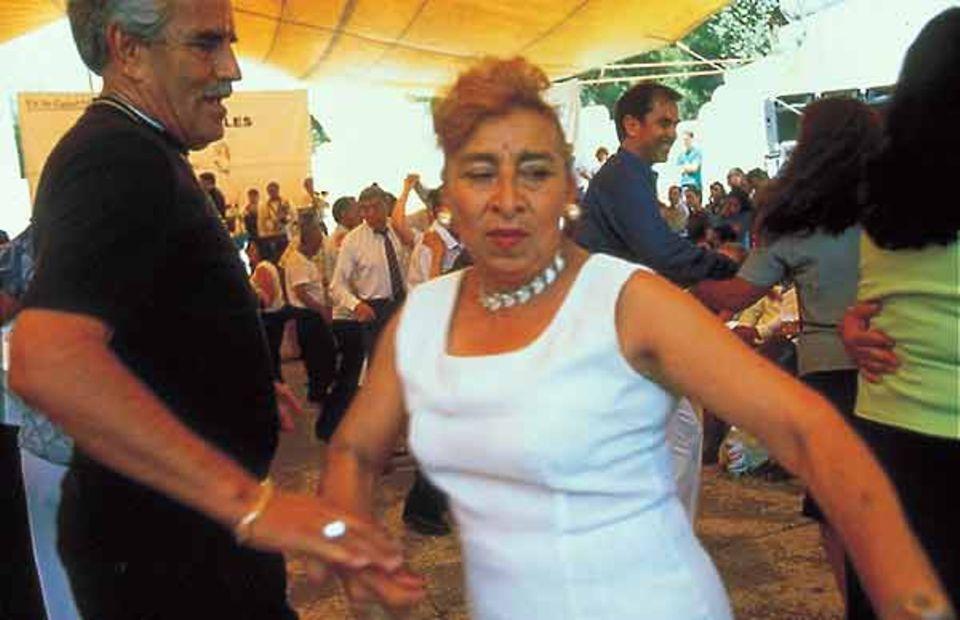 Savoir vivre in der Megastadt: Jeden Sonntag treffen sich ältere Paare zum Tanzen im Parque México, der grünen Lunge von Condesa