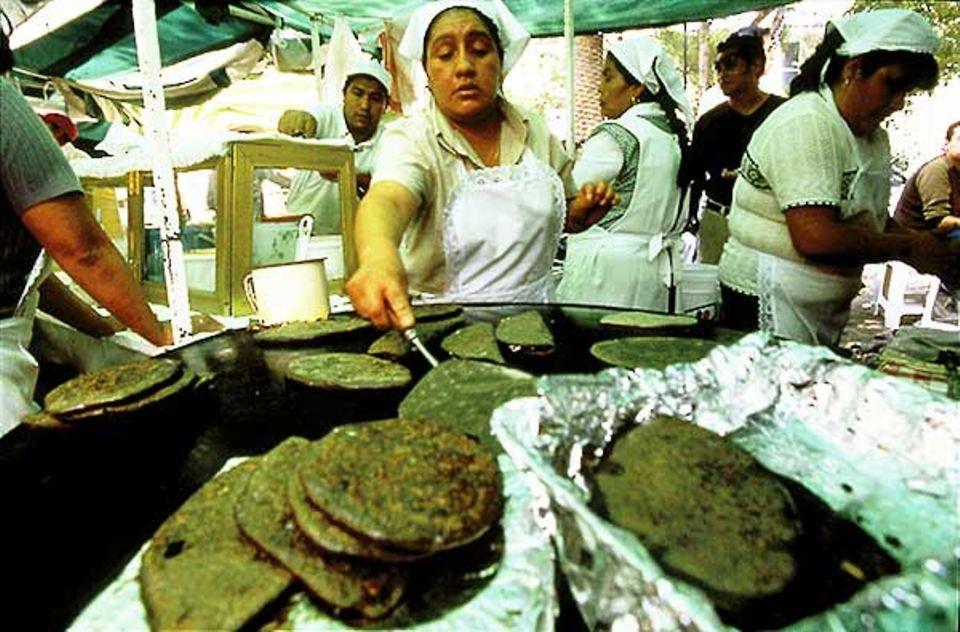 Französisches Frühstück in der Crêperie de la Paix? Oder doch lieber Tortillas vom hier abgebildeten Straßenmarkt, der jeden Freitag stattfindet?