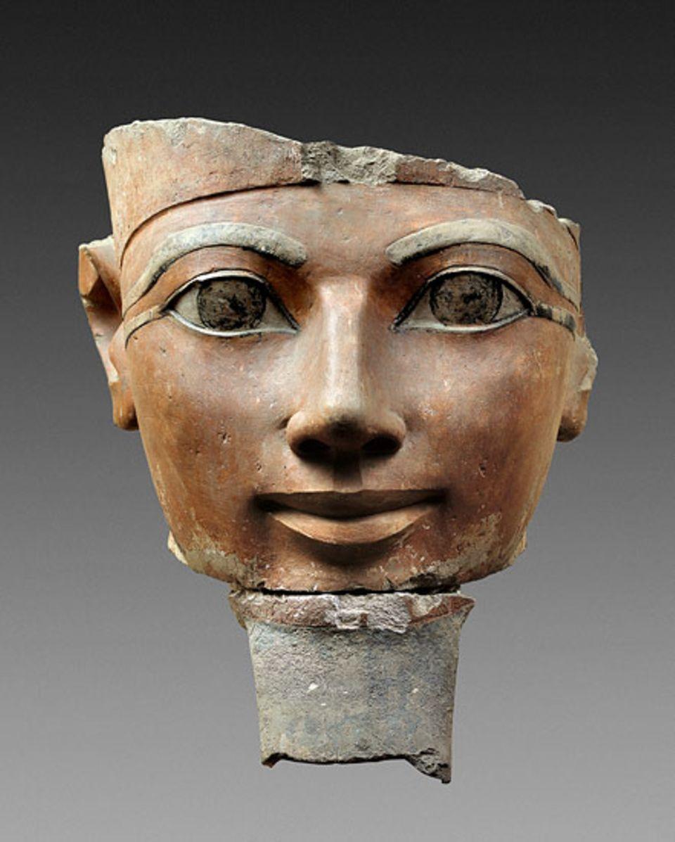 Der Kopf der Hatschepsut, Teil einer Statue aus ihrem Totentempel im oberägyptischen Tal Deir el-Bahari