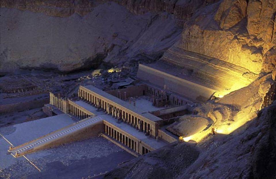 Der Talkessel von Deir el-Bahari auf der Westseite des Nils war die Schwelle zwischen Diesseits und Jenseits. Dort ließ Hatschepsut ihren Totentempel errichten. Archäologen arbeiten an seiner Wiederherstellung - seit vier Jahrzehnten