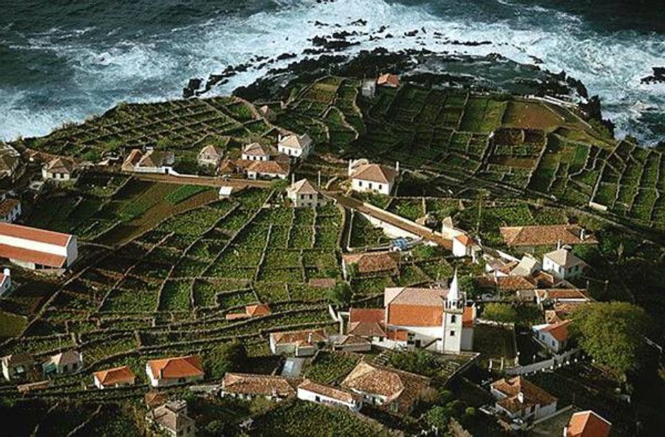 Terrassenförmige Weinberge durchdringen das Dorf Porto Moniz auf Madeira