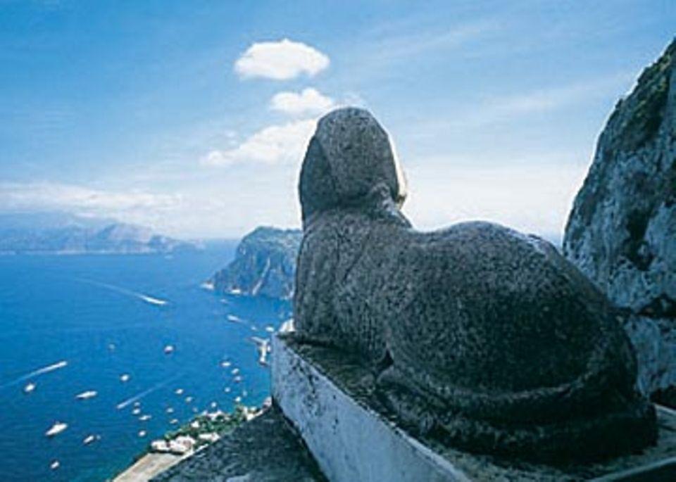 Hat den Überblick: Sphinx der Villa San Michele überm Hafen von Capri