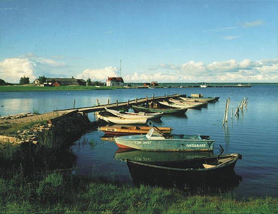 Nur die Ruhe: Ruderboote am Anleger von Orissaare