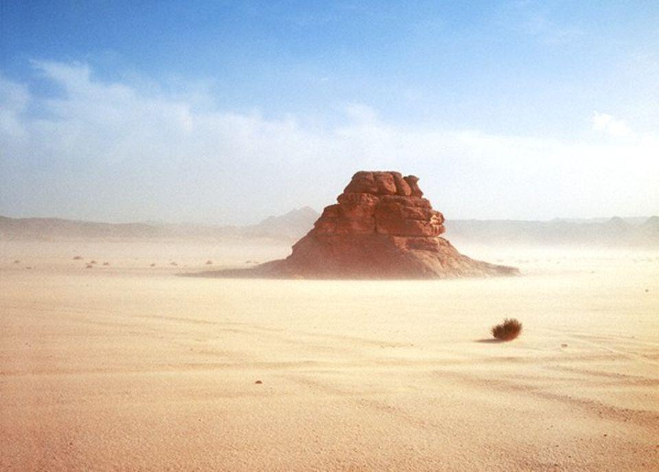 Naturgewalten - wie dieser Sandsturm über den Felskegeln von Baraka -ließen die biblischen Wüstenwanderer oft am Sinn ihres Unternehmens zweifeln.