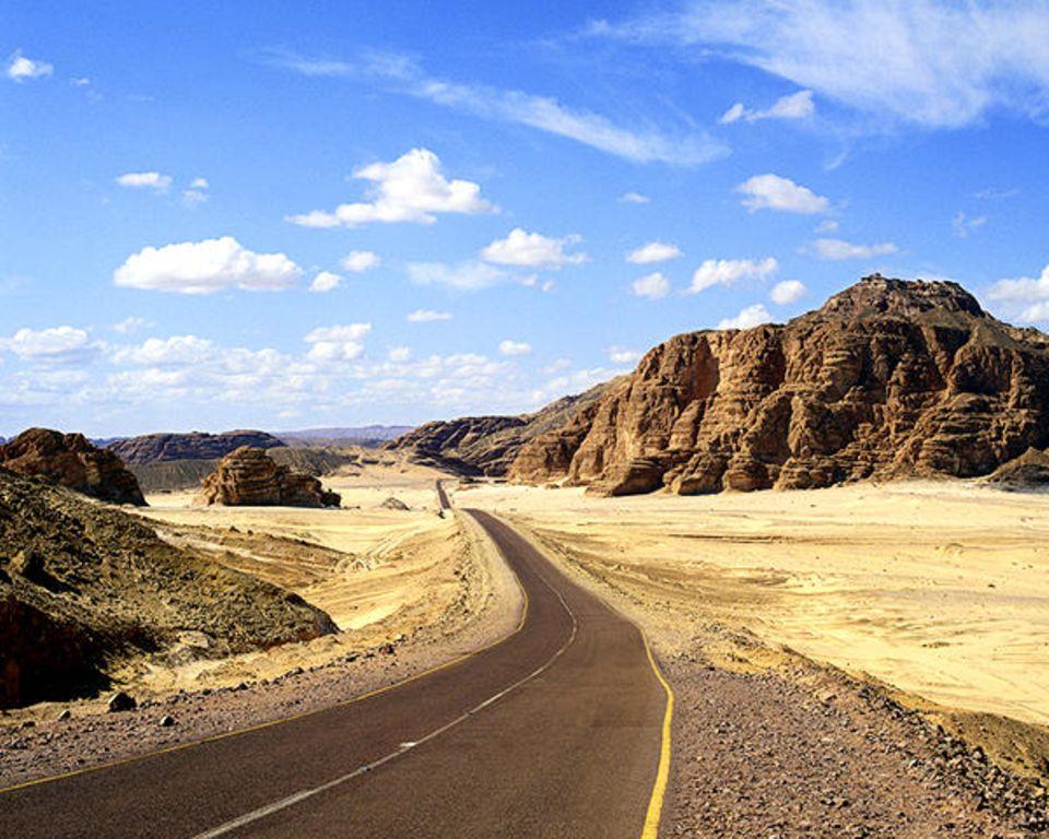Eine Wüstenpiste schlängelt sich durch das Sinai-Gebirge