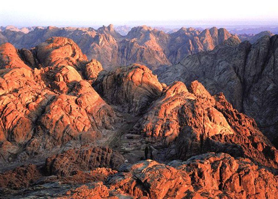 """Der Blick vom Gebel Musa - dem """"Berg Sinai"""" -, auf dem Gott Moses die Zehn Gebote überreicht haben soll. Viele Pilger wollen hier den Sonnenaufgang erleben"""