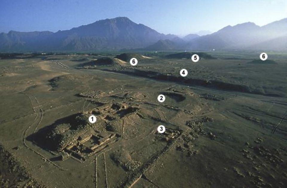 Peru: Luftaufnahme mit Tempelanlage (1), Amphitheater (2), Altar des heiligen Feuers (3), Oberstadt-Resten (4), Großer Tempel (5) und bislang nicht identifizierten Bauten (6)