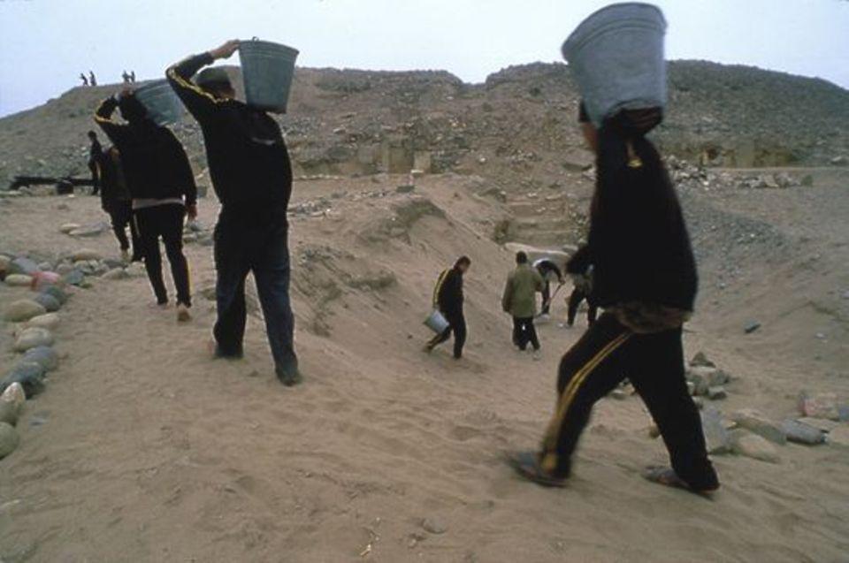 Peru: Abkommandierte Soldaten helfen den Archäologen bei den Erdarbeiten