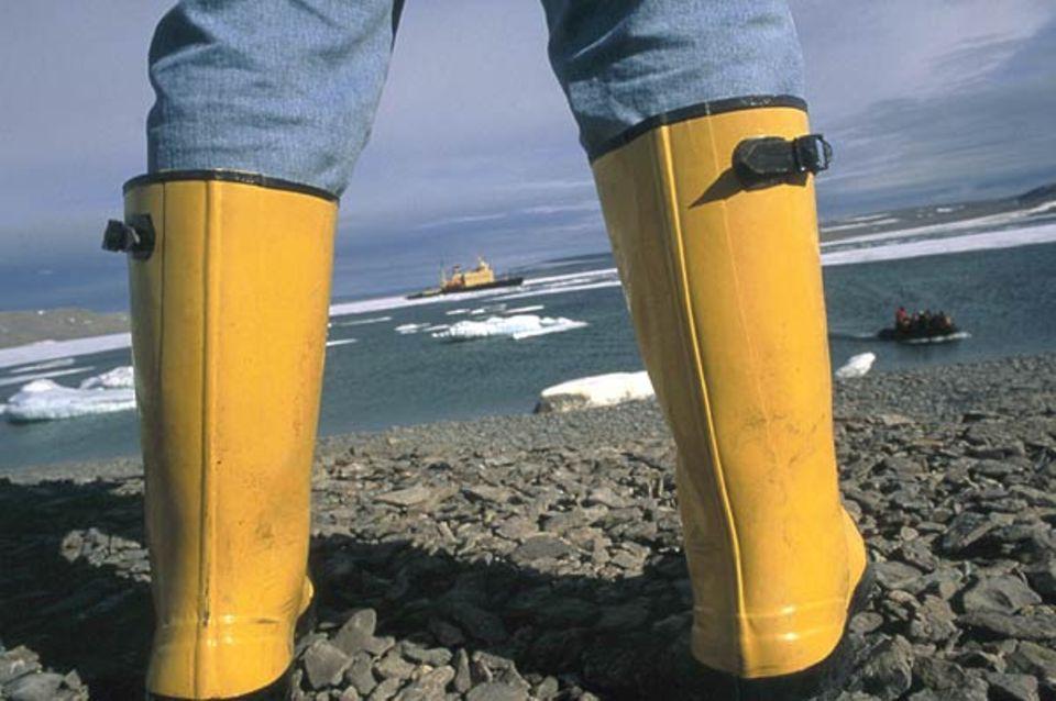Gummistiefel sind ein Muss; bei Landausflügen gilt es, auch durch knöchelhohes Eiswasser und über sumpfigen Permafrostboden zu stapfen