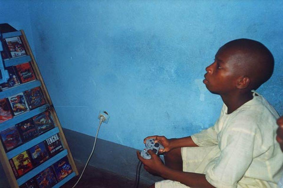 """""""Mein Freund Ali spielt im Videospieleraum. Irgendwann einmal möchte ich auch ein Konsolenspiel haben."""""""