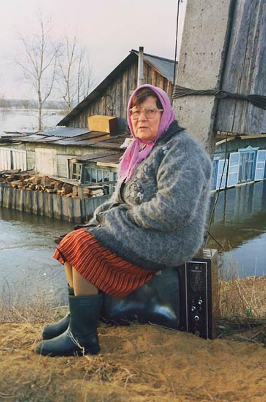 """""""Hochwasser in Kurgan. Eine alte Frau sitzt Tag und Nacht auf dem Fernseher, den sie vor den Fluten retten konnte."""""""