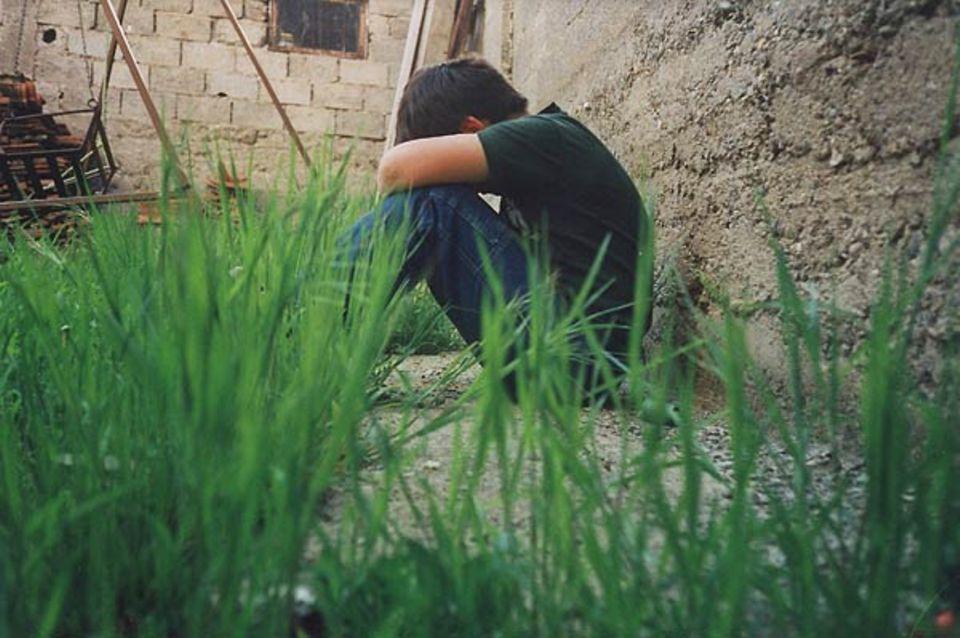 """""""Ein weinender, in Gedanken versunkener Junge: Viele Kinder und Jugendliche im Kosovo sind enttäuscht. Sie hatten sich nach dem Krieg ein besseres Leben erhofft."""""""