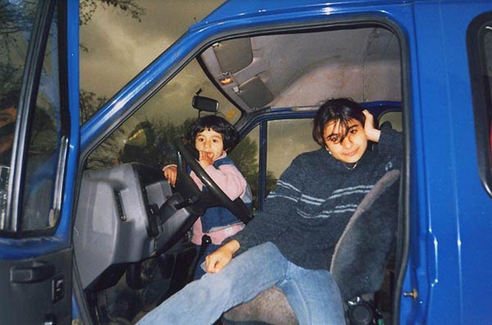 """""""Meine beiden Schwestern Jasmina und Andjela in Papas Auto."""""""