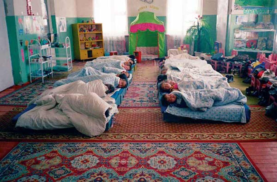 """""""Im Kindergarten. Die Kinder schlafen. Stört sie nicht - sie schweben gerade in süßen Träumen."""""""