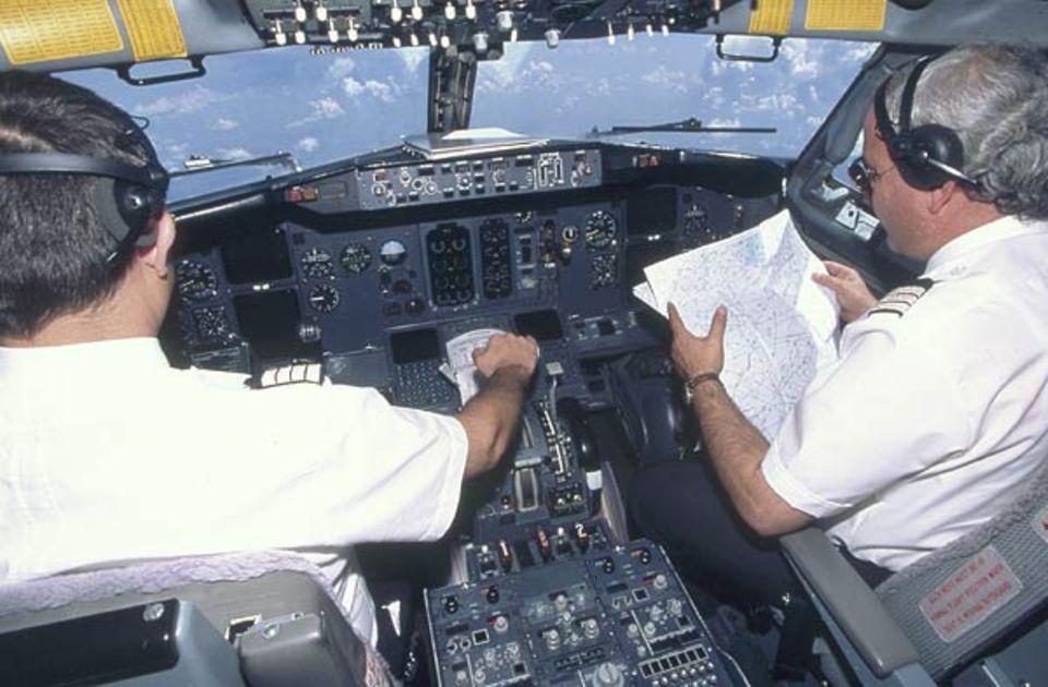 Beruf: Auf der Karte studiert der Co-Pilot die Flugstraßen, die sich unsichtbar über den ganzen Himmel ziehen