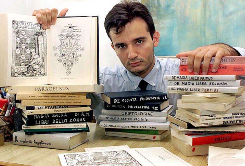 Das Gedächtnis: Gedächtnis-Wunder: Der Italiener Gianni Golfera hat mehr als 250 Philosophiebücher gelesen - und sich jede Kleinigkeit gemerkt. Ein paar der schwierigen Schmöker zeigt er auf dem Foto