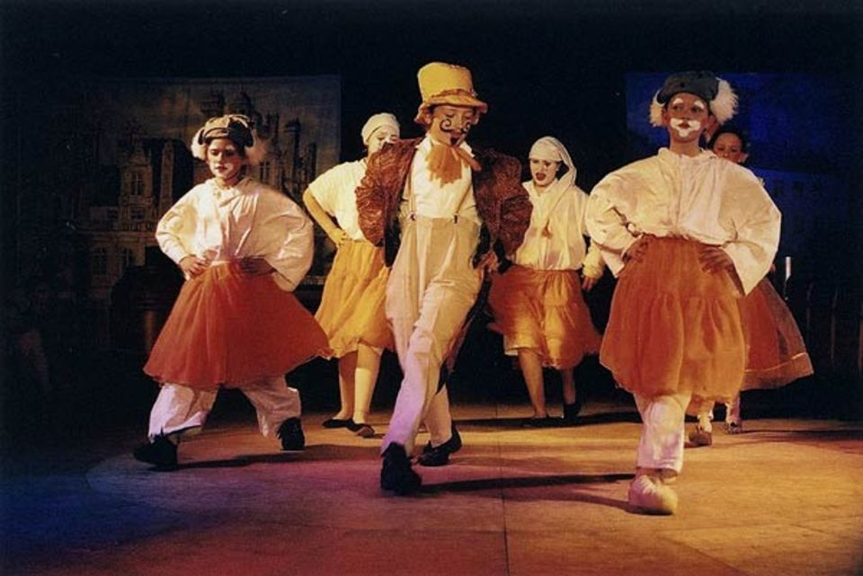 Rechtes Bein vor, das linke - und nun...? Die Clowns führen einen Tanz mit kleinen Pannen vor. Die Kostüme der Kinder sind fast alle von ihnen selbst entworfen und genäht