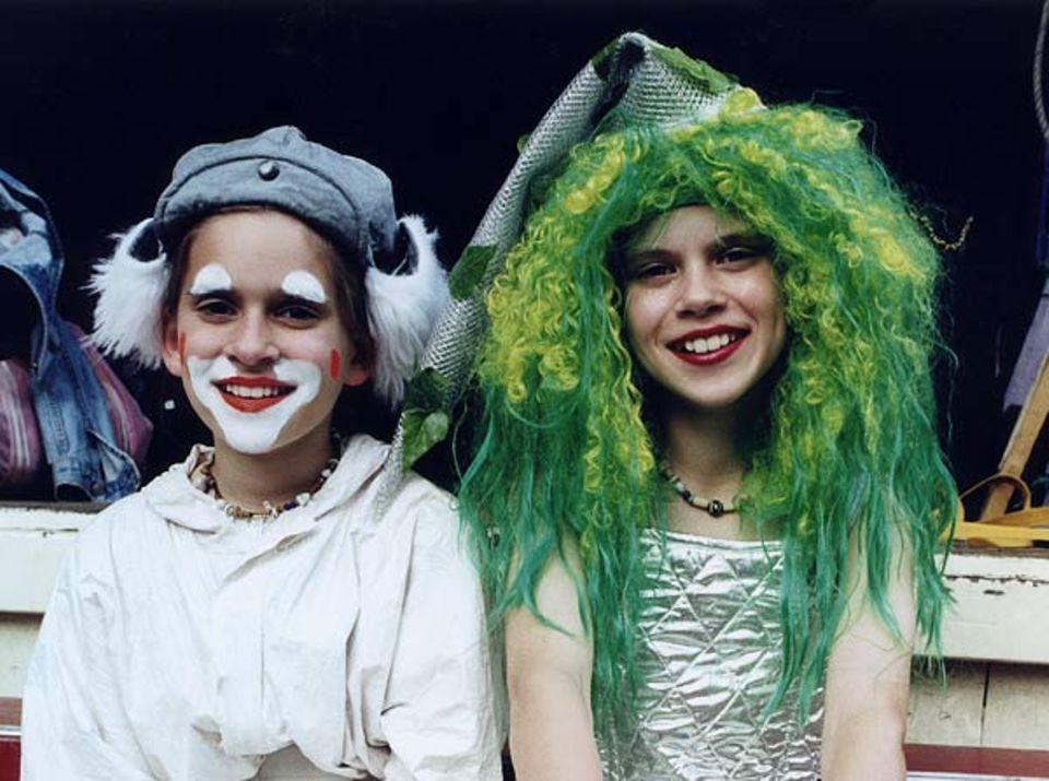 """Gut gelaunte """"Herrscherin"""": Lina, 11 (rechts) spielt die Königin der Giftzwerge"""