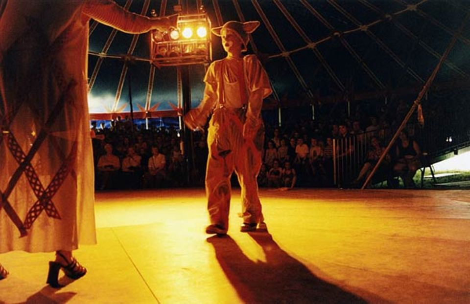 Akrobaten, Clowns, Zauberer, Jongleure - eine Vorstellung im Circus Mignon