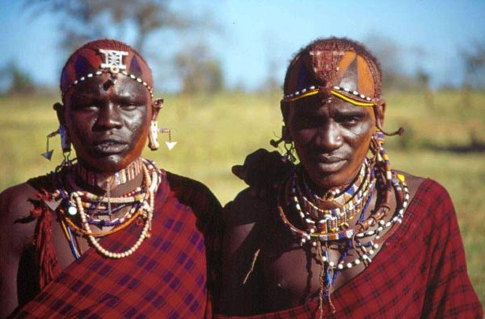 Zwei Krieger der Kisongo Massai in traditioneller Tracht und mit Gesichtsbemalung