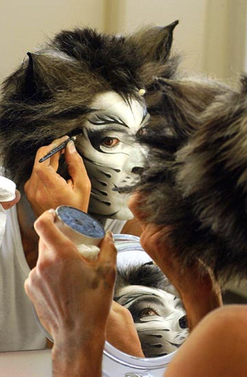 Beruf: Künstlerisch begabt: Die Darsteller des Musicals CATS müssen nicht nur gut singen und tanzen können. Sie sind auch ihre eigenen Maskenbildner und schminken sich selbst
