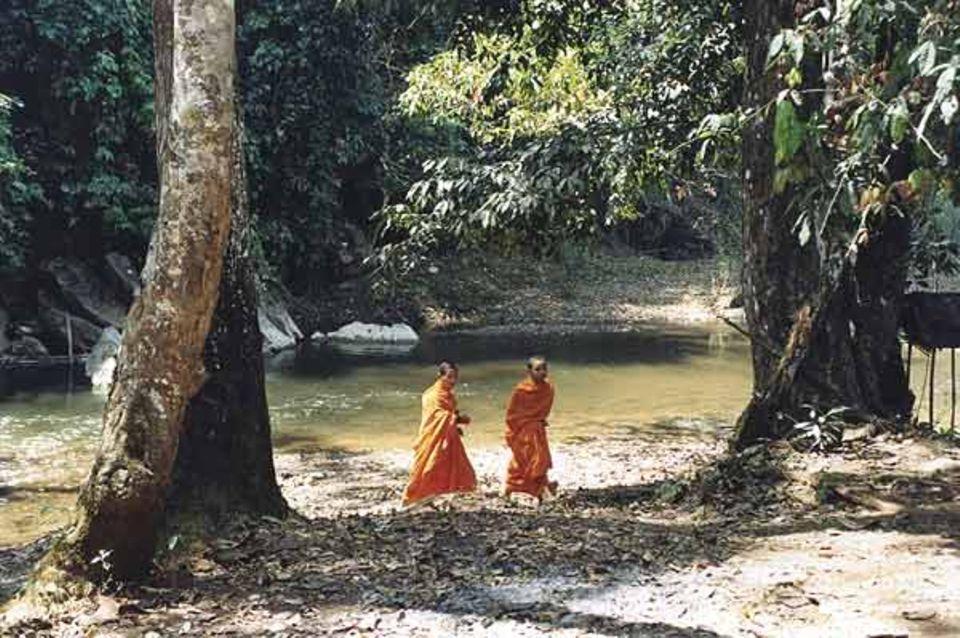 Spaziergang am Wasser: An einem Fluss in der Nähe von Charlees Dorf im Norden Thailands sind die beiden Freunde unterwegs, um Fische zu füttern - nur so zum Spaß