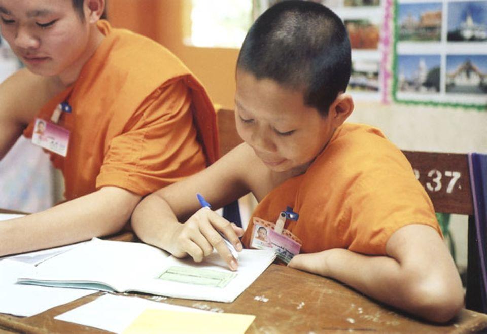 Pauken: Sumit konzentriert sich im Unterricht