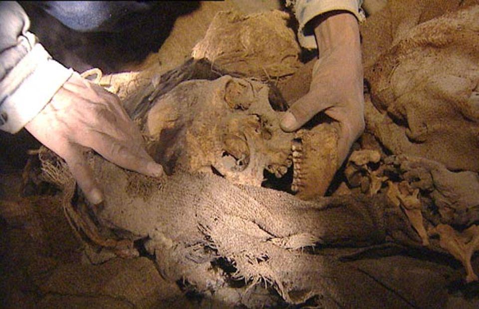360° - Die GEO-Reportage: Huaqueros sind bei der Ausgrabung auf eine Mumie gestoßen
