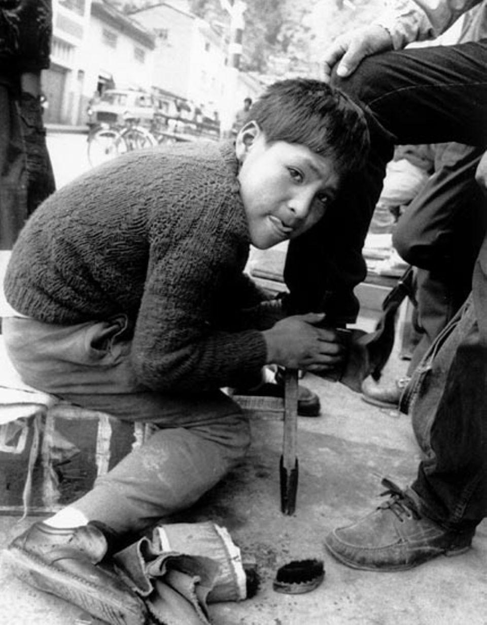 Schuhe putzen - auch damit verdienen sich Straßenkinder in Südamerika etwas Kleingeld
