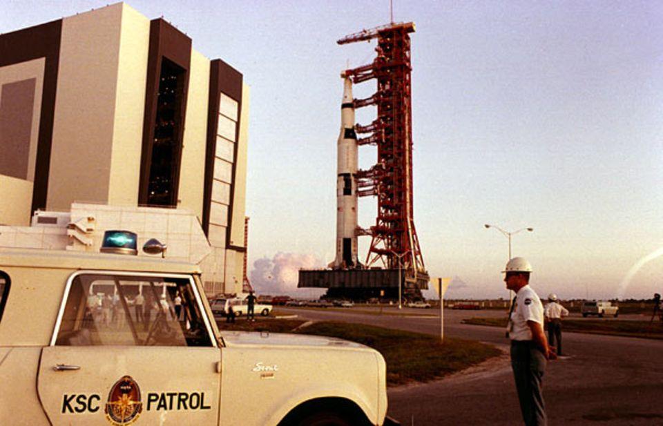 Mondlandung: Eine Apollo Rakete wird am Weltraumbahnhof Cape Canaveral in Startposition gebracht