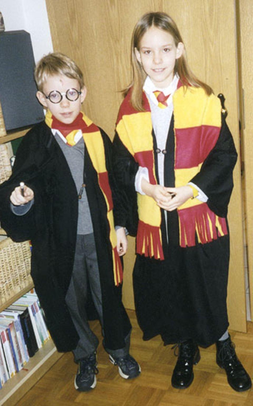 Lena (12) und ihr Bruder Niklas (9) aus Hermannsburg schlüpften in Harry-Potter-Kostüme, die ihre Mutter für sie genäht hat