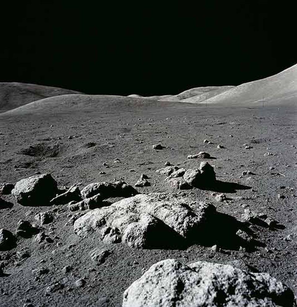 Astronomie: Die Oberfläche des Mondes ist extremen Temperaturschwankungen ausgesetzt. Auf der Tagseite kann die Oberfläche aus fein gemahlenem Gestein Temperaturen bis zu 130 Grad Celsius erreichen. Auf der Nachtseite hingegen ist es selbst am Äquator bis zu minus 160 Grad kalt.