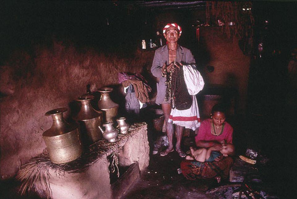 """Yonjon ist von einer Familie gerufen worden, die in den Bergen wohnt. In seinen Händen hält er ein spiritistisches """"Notarztbesteck"""""""