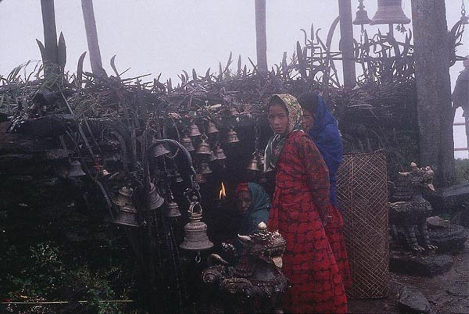 Vor dem Shiva-Tempel aus Dreizacken und Glocken