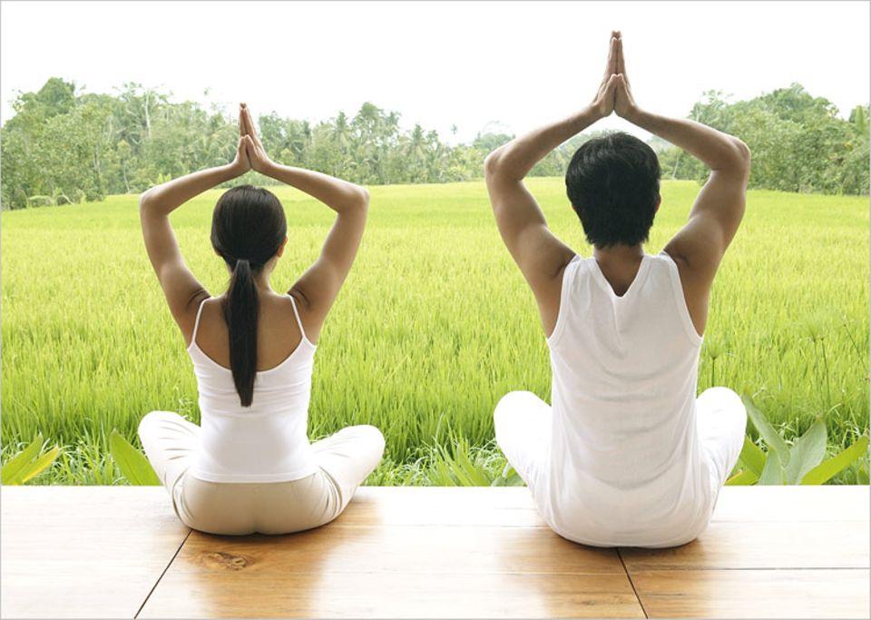 Lexikon: Yoga ist mittlerweile bei vielen Menschen beliebt. Kein Wunder: Es soll entspannen und zudem Muskeln an den richtigen Stellen schaffen