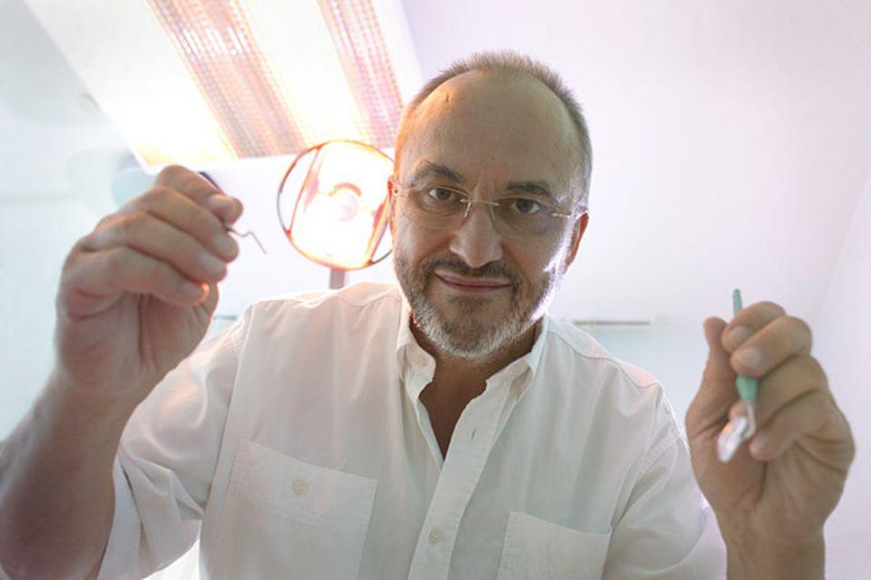 Mondkalender: Mond ab, Mund auf: Zahnarzt Siegfried Bücherl operiert seine Patienten nur bei abnehmendem Mond - weil es dann seltener zu Nachblutungen käme. Wissenschaftlich belegt ist das nicht. Aber seine Patienten genäsen rascher, sagt Bücherl