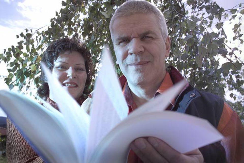 Mondkalender: Zwischen Mond und Marketing: Die Österreicher Johanna Paungger und Thomas Poppe sind die erfolgreichsten Botschafter der lunaren Glaubensgemeinschaft. Sie haben sieben Ratgeber verfasst und zehn Millionen Exemplare davon verkauft